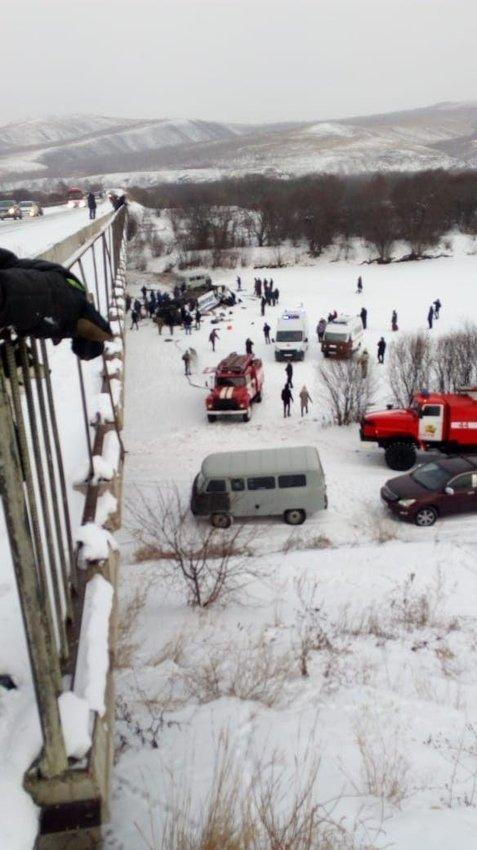 19 адам қайтыс болған: Ресейде автобус көпірден аударылып қалды (ВИДЕО)